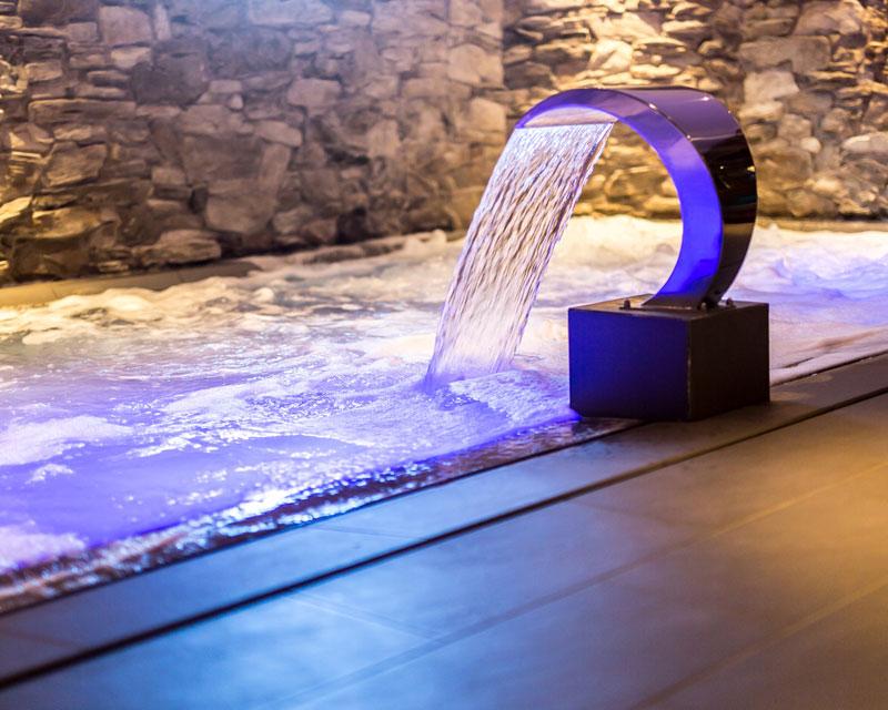 Piscine balneoth rapie 74 quipements ludiques toboggans jbs piscines haute savoie suisse for Piscine cascade toboggan
